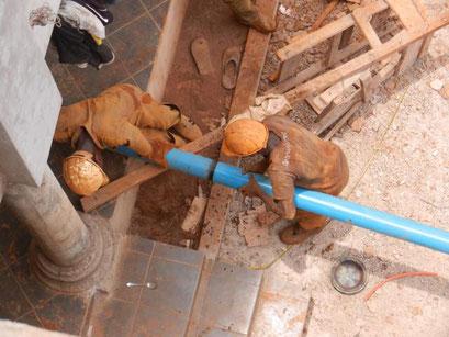 Wasserbohrung, Rohr für die Wasserpumpe wird eingeführt