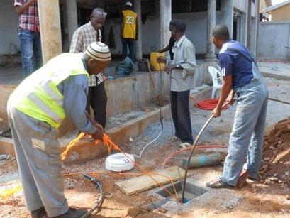 Wasserbohrung, Wasserpumpe wird versenkt