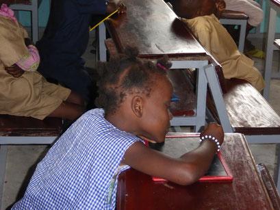 Schülerin beim Schreiben, PRIMARSCHULE DYARAMA