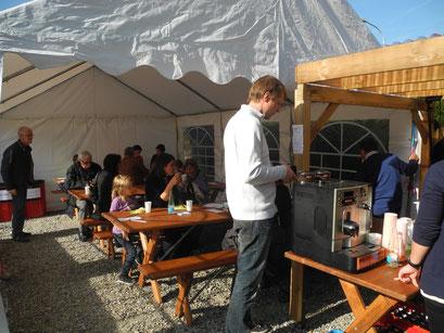 Verpflegung im Catering-Zelt
