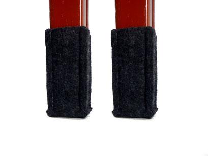manufra Stuhlbeinsocke an rotem Holzstuhl 2