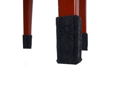 manufra Stuhlbeinsocke, eine im Vordergrund an rotem Holzstuhl