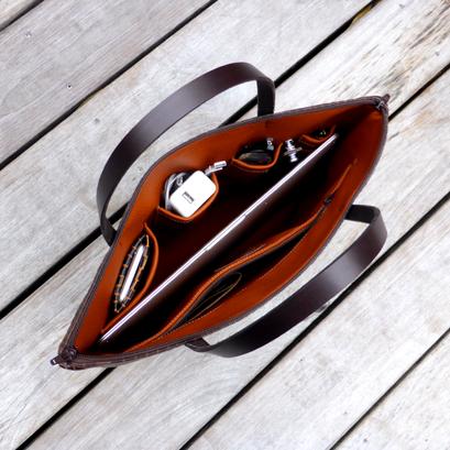 Laptoptasche / Tragetasche befüllt - die Befüllung dient der Deko und ist nicht inkludiert im Preis