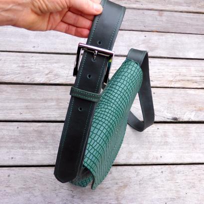 Herrentasche Green Python Detailansicht Ledergurt