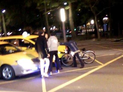 タクシードライバーが殴り合うところに遭遇。緊張感が走るがママチャリのおばさんによって止められる。