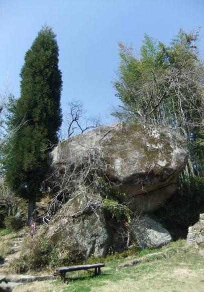 """Le rocher carpe tel que le tremblement de terre l'a placé. On discerne, avec un peu de bonne volonté, la tête de la """"carpe""""."""