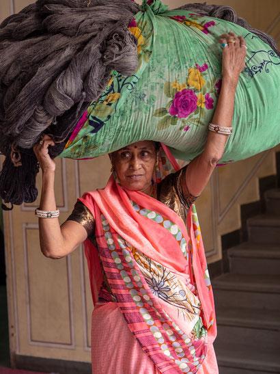 mujer india; matrimonio; trabajo mal remunerado; viudas;