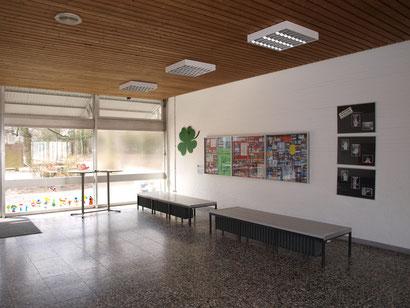 Die Aula - ein wichtiger Treffpunkt! Hier werden Fotos von Klassenfahrten, Infos und Schülerarbeiten ausgestellt. Das Kleeblatt an der Wand informiert täglich über unsere Geburtstagskinder. Ab 7.30 Uhr ist hier der Teeausschank!