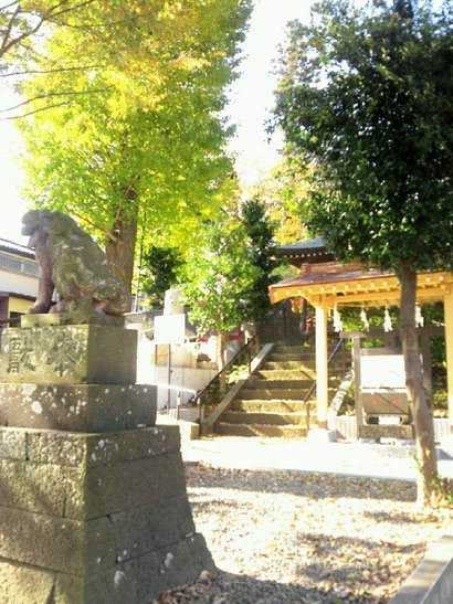 昨年秋、完成した震災モニュメント(左)と手水屋(右)