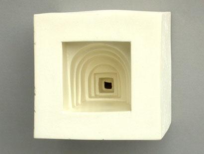 Serie von Porzellanwürfeln, mit je einem Portal in der Front, das stufenweise ins Innere führt. Dort ist ein kleines Tor zu einem versteckten roten Raum