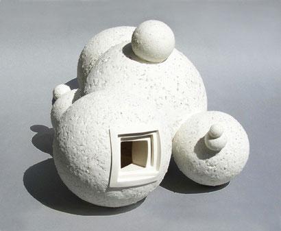 wolkenförmiges Objekt aus Kugeln aus Porzellan und Glas mit Öffnungen um den Innenraum visuell zubetreten