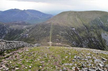 急な石段を登り終え尾根に出ると、目の前に有名な「モーンの石壁」が現れます。