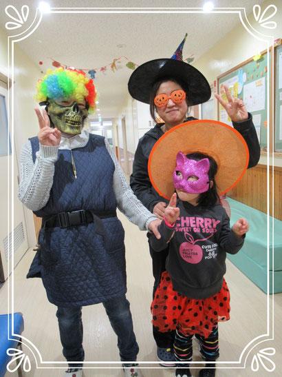 女の子と職員がハロウィンの仮装している様子