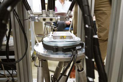 金型磨きロボットのアップ。