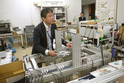 金型磨きロボットの説明をする原田先生。