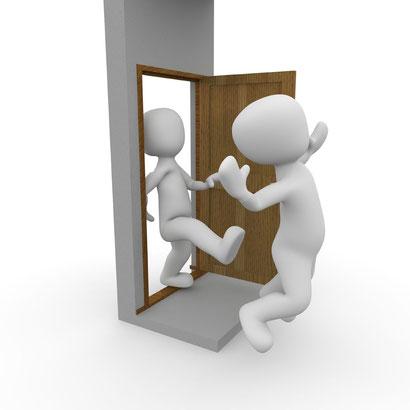 Wir dürfen ignorante Zeugen Jehovas nicht körperlich angehen, aber wir haben sie entschieden der Tür zu verweisen
