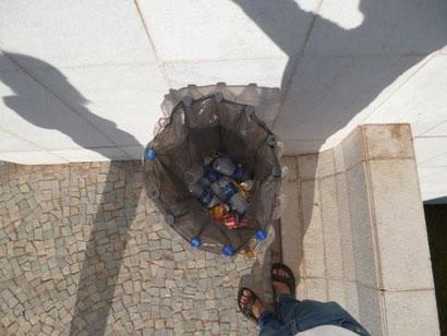 ペットボトルでできたペットボトルのごみ箱(上から撮影)