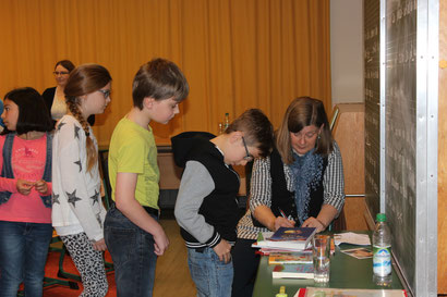 Großen Andrang gab es nach der Lesung - die Autogramme von Bettina Obrecht waren heiß begehrt!