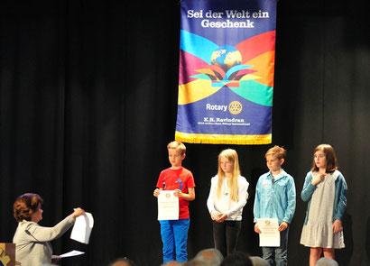 """""""Was, ich??"""" Marija kann es im ersten Moment gar nicht fassen, dass sie es geschafft hat: Sie ist die Finalsiegerin des Rotary-Vorlesewettbewerbs Bayern! Die Organisatorin des Wettbewerbs, Marianne Hesseln, überreicht ihr die Urkunde."""