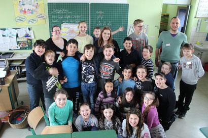 Gruppenfoto mit Realschülern: Die Klasse 4c mit Lehrern und Schülern aus der Ickstatt-Realschule.