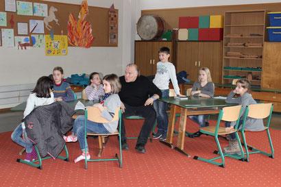 Workshop-Atmosphäre: Jan Gebauer inmitten der Vorlesesieger.
