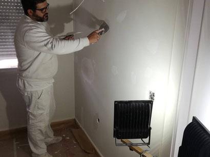 estamos masillado las paredes