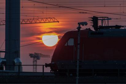 Aufgehende Sonne mit Eisenbahn
