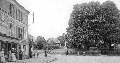 Vers 1920; on voit le monument aux morts de 14-18 déplacé de nos jours contre le côté de l'église.