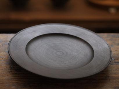 漆でマットに仕上げた、シャープな印象のリム皿。