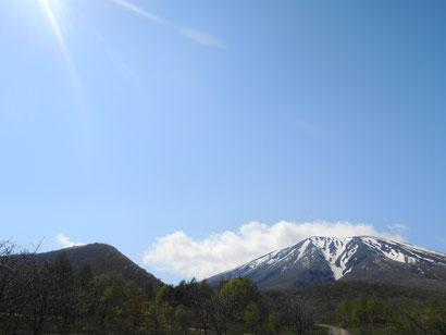 左:鞍掛山、右:岩手山。この角度ではなかなか見ることができないのではないかと思います。