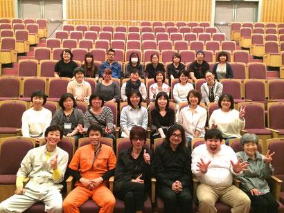 小平実行委員の皆さんと。前列一番右:小平実行委員長、一木さん(小平こども劇場)。 前列、吉俣さんの右隣が、サプライズゲストで登場のバイオリン、室屋光一郎さん。