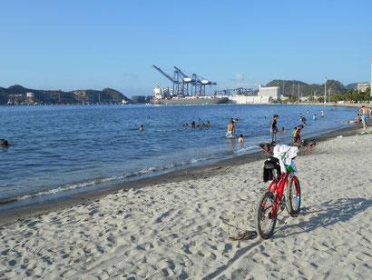 Strand gleich neben dem Containerhafen