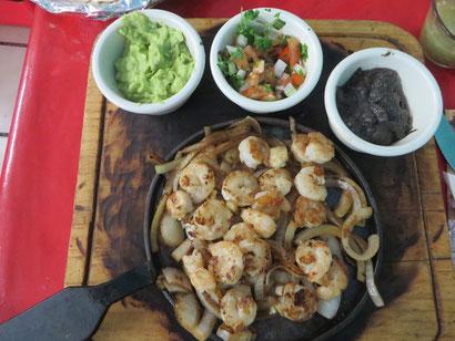 schwarze Bohnen- u. Avocadopaste sind bei einem mexik. Essen immer dabei