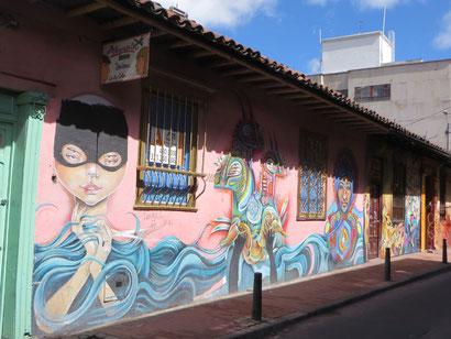 In der Altstadt sind viele Häuser mit bunten Graffiti`s geschmückt