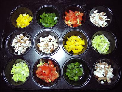Vorher: Muffinform mit Gemüse befüllen