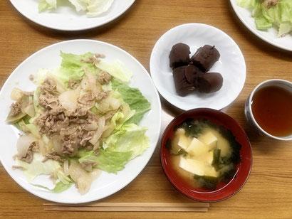 レタスたっぷりの豚丼、お豆腐のみそ汁、ひんやりチョコバナナ