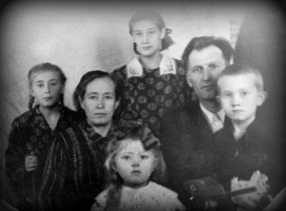 Familie Schütz (ohne den zwei ältesten Geschwister und der zweijährigen Erna). Das Mädchen vorne bin ich im Alter von fünf Jahren.