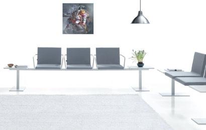 """Respectant la tonalité grise de cette salle d'attente, la tableau contemporain """"Kabui Culture"""" de l'artiste Golmei Gandumpu  s'associe au décor avec discrétion."""