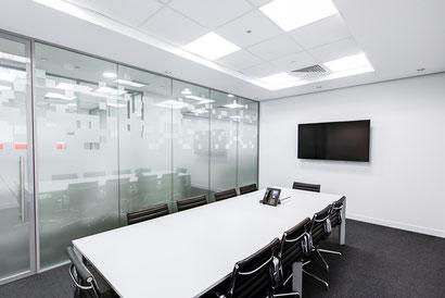 salle de réunion avec cloison en verre / Miroiterie Capel