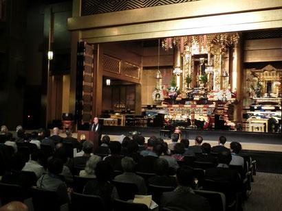 【津村別院の本堂。さすが大きな内陣です。】