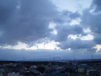 夕刻の屋上。妙高山は雪雲に隠れています