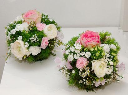 Blumenkugel als Tischdekoration