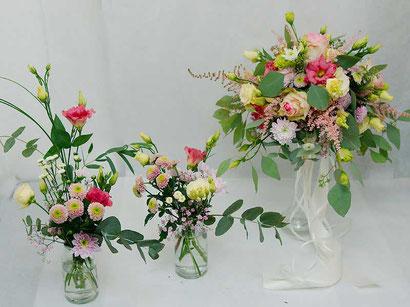 Brautstrauss und Tischdekoration mit kleinen Vasen Hochzeit Hochzeitsfloristik Wien