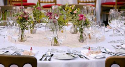 Hochzeitsfloristik Wien Blumendekoration mit Minivasen