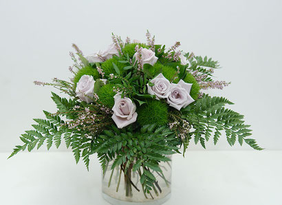 Blumenstrauss mit lila Rosen