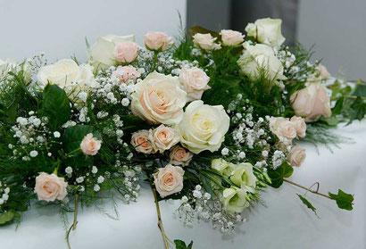 Blumendekoration für den Tisch des Brautpaars Hochzeitsfloristik