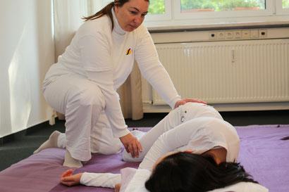 Heilpraktikerin Angela Borack behandelt mit Shiatsu den Galleblasenmeridian