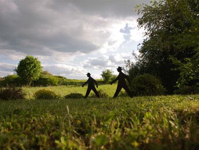 Wir wanderten voll fröhlicher Gedanken. Plötzlich hörten wir unten im Gras etwas rascheln und von vorne nahte ein Gewitter heran.