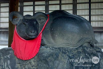 牛嶋神社境内にまつられている撫牛(ナデウシ):自分の身体の悪い部分と同じ場所を撫でると、病気が治ると言われている。