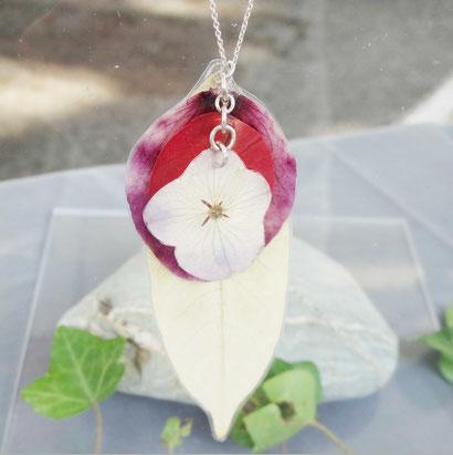 Bonjour!  Bienvenue dans mon univers ... Mes bijoux sont crées avec amour et soin en Provence... Ils sont composés de pétales et fleurs naturelles que je cueille moi même avec soin, et travaille en inclusion après séchage. Pièces uniques, originales, fémi